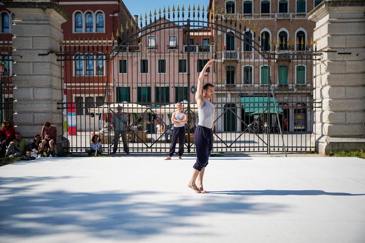 Le performance all'aperto della Biennale Danza